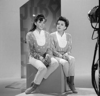 Liza Minnelli con su madre (Judy Garland) en el show de esta última (1963).