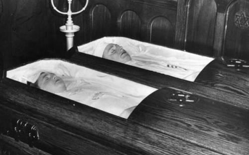 Julius y Ethel Rosenberg en sus respectivos ataúdes tras ser asesinados en la silla eléctrica./ Getty Images