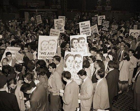 Manifestación en Nueva York tras conocerse la sentencia contra los Rosenberg. / © Bettmann/CORBIS