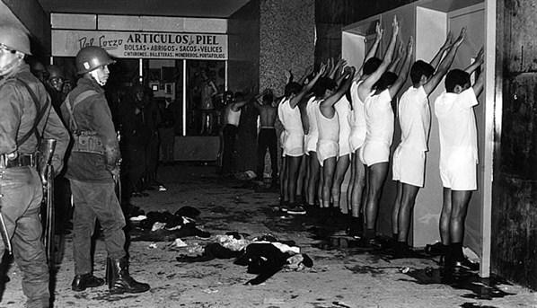 Estudiantes detenidos por la policía el 2 de octubre de 1968.