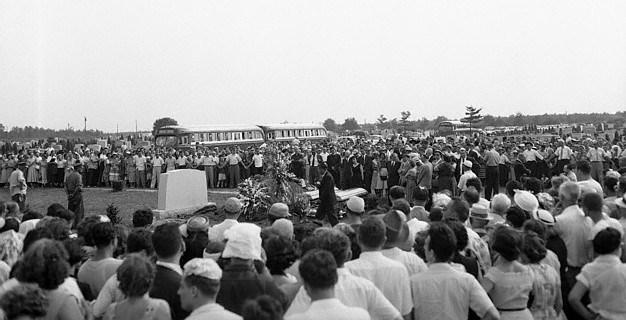 Entierro de los Rosenberg en el cementerio de Pine Lawn. / AP