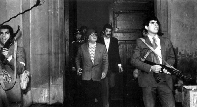 Última imagen del presidente chileno Salvador Allende, en el exterior del Palacio de La Moneda, acompañado del Grupo de Amigos del Presidente (GAP), su servicio de guardia personal, durante el golpe de Estado el 11 de septiembre de 1973 (Corbis: Horacio Olivares©)
