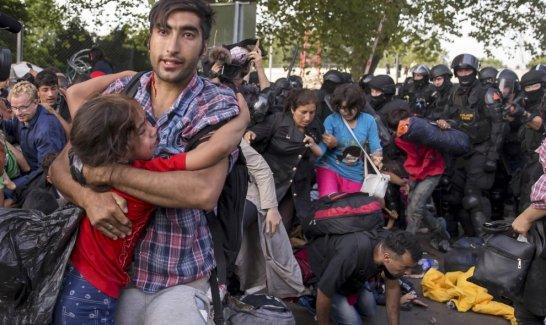 Fuerzas antidisturbios húngaras reprimen a refugiados sirios en la frontera con Serbia / REUTERS