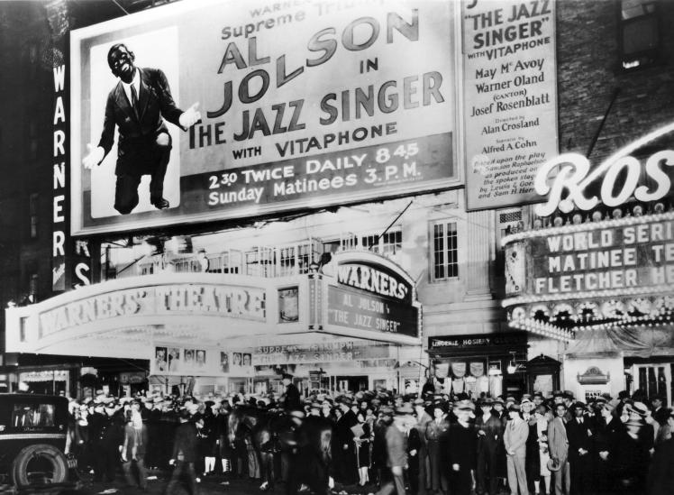 """El público frente al Warner's Theatre de Nueva York el día del estreno de """"The Jazz Singer"""" (6 de octubre de 1927)."""