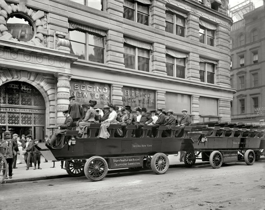 Turistas en un 'observation automobile'. Nueva York, principios del siglo XX