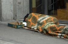 03/09/2010 Mendigo durmiendo en las calles de Madrid. La Unión Europea ha aprobado este jueves una partida de 500 millones de euros para financiar en 2013 el programa de distribución gratuita de alimentos, de los que 85,6 millones serán para España, segundo país que más fondos recibirá por este plan. MADRID SOCIEDAD EUROPA PRESS/AYUNTAMIENTO DE MADRID