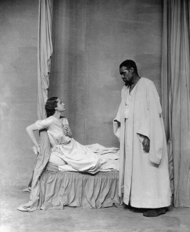 Robeson como Otelo en la obra homónima de Shakespeare (1930). Jamás pudo besar en escena a Desdémona (Uta Hagen) porque un negro no podía tocar a una mujer blanca.