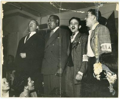 Bart van der Schelling, Paul Robeson, Moe Fishman y Art Landis en un concierto en España (1938).