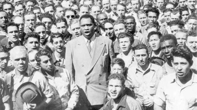 Robeson rodeado de trabajadores de los Astilleros de Oakland (California) interpretando el himno de EE UU (1942).
