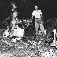 Quema de partituras de Robeson tras el frustrado intento de celebrar un concierto en Peekskill (Nueva York) el 27 de agosto de 1949.