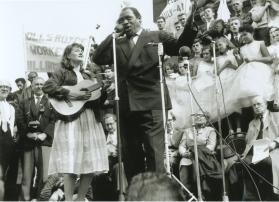 Robeson y Peggy Seeger en un acto a favor de los derechos civiles en Trafalgar Square (Nueva York) en 1961.