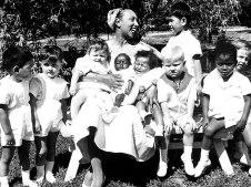 Joséphine Baker con la Tribu del Arco Iris.