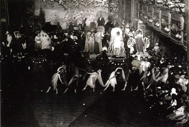 Baile de drag queens en el Webster Hall durante la década de 1920