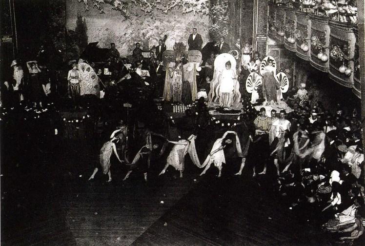 Baile de drag queens en el Webster Hall durante la década de 1920