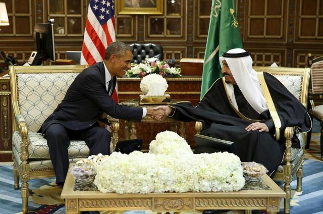 El presidente de EEUU, Barack Obama, saluda al rey Salman de Arabia Saudí