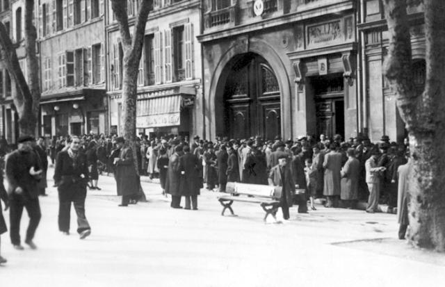 refugiados-haciendo-cola-a-las-puertas-del-consulado-de-marsella-1940