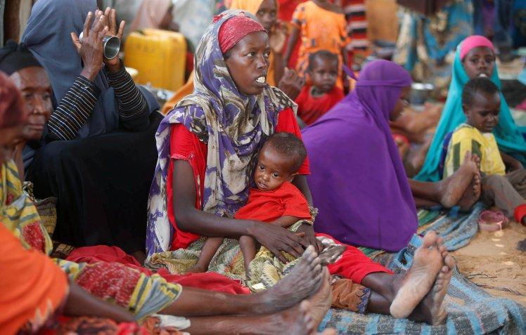 Varias mujeres con sus hijos en un centro para desplazados en Mogadiscio, la capital de Somalia. REUTERS/Feisal Omar.