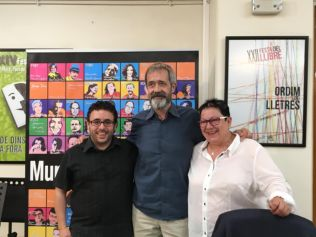 Con el concejal de Cultura Sergi Silvestre y la bibliotecaria Carmina Prats.