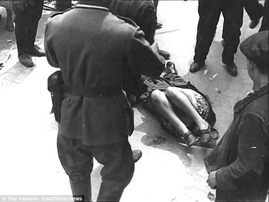 Una mujer es golpeada por solados alemanes en Leópolis (Ucrania, 1939)
